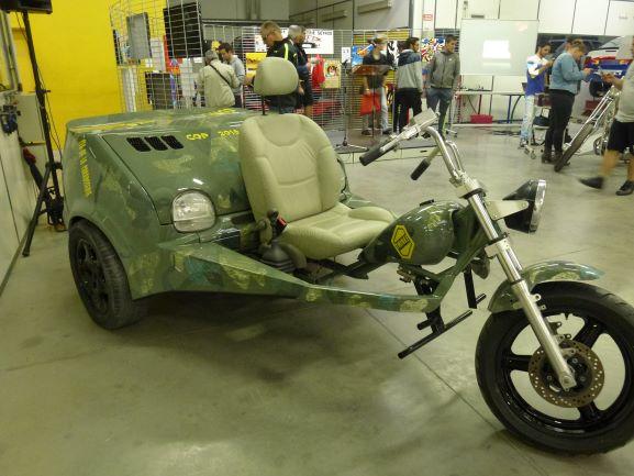 Vue de côté du projet Twinke réalisé par le CFA de la carrosserie - Mix d'une moto et d'une twingo.