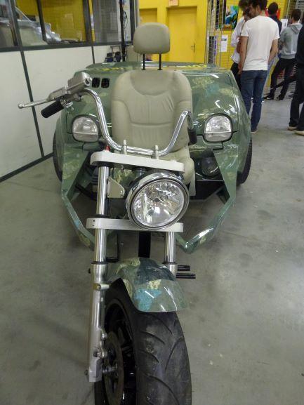 Vue avant du projet Twinke réalisé par le CFA de la carrosserie - Mix d'une moto et d'une twingo.