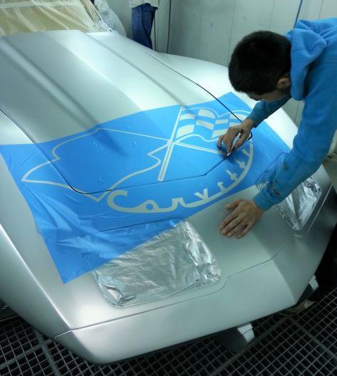 Corvette preparation motif capot avant